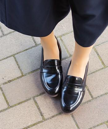 素足が苦手な方は、夏用のストッキングを合わせると初夏にふさわしいスッキリとした印象の足元に変身します。