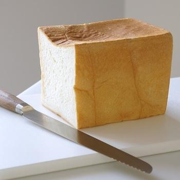 パン切り包丁ではめずらしい、「波刃ではない」ブレードが特徴です。力を入れなくても刃がストン落ち、切り口がなめらか。パンくずもほとんど出ません。