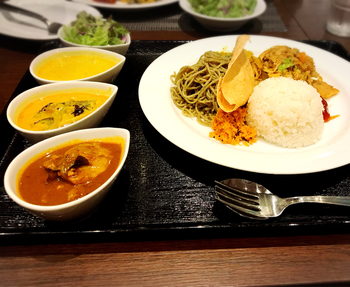 メニューにはスリランカ大臣からのメッセージもあり、本国お墨付きのレストラン。こちらはロイヤル・オールスターズカレー。野菜・魚・お肉の3種のカレーにライス・ココナッツサンボール・チャツネ・パパダン・ヌードル、サラダがついたボリューム満点メニュー。