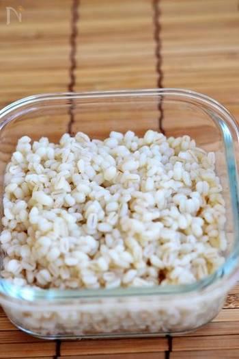 体に良いと評判のもち麦ですが、すこしだけ使うのは面倒な気もする食材ですよね。そんなときにもゆでおきしておけば、毎日すこしずつ食べることができます。