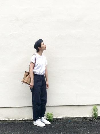 シンプルな白Tシャツコーデにはベレー帽をアレンジして、カジュアルに。ベージュのCALDER MINIならナチュラルに全体をまとめてくれます。