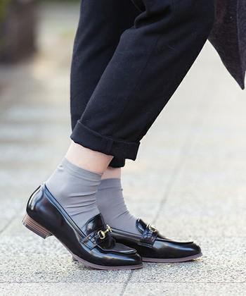 薄手の靴下でアクセントを付けた履きこなしもOKなので、快適さも兼ね備えたオシャレを楽しみましょう。
