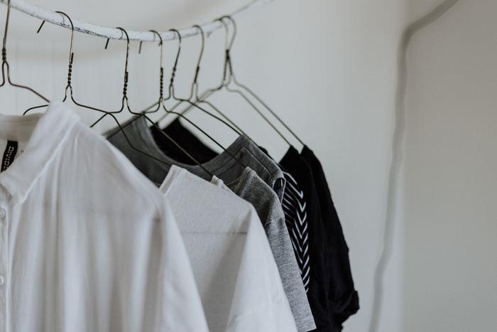 お洋服のコーデをあれこれ考えるのは楽しいですが、普段は、気負わずさらりと決めてお出掛けしたいものですよね。実はたったの10アイテムで、初夏のシンプル&ナチュラルコーデが完成すると言ったら、さっそくトライしてみたくなりませんか?