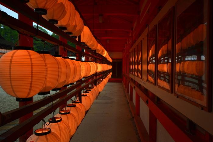 """朱塗りの""""楼門""""が印象的な「下鴨神社」。京都三大祭に数えられる""""葵祭""""が行われる神社としても良く知られています。その見所は、実に沢山あります。"""