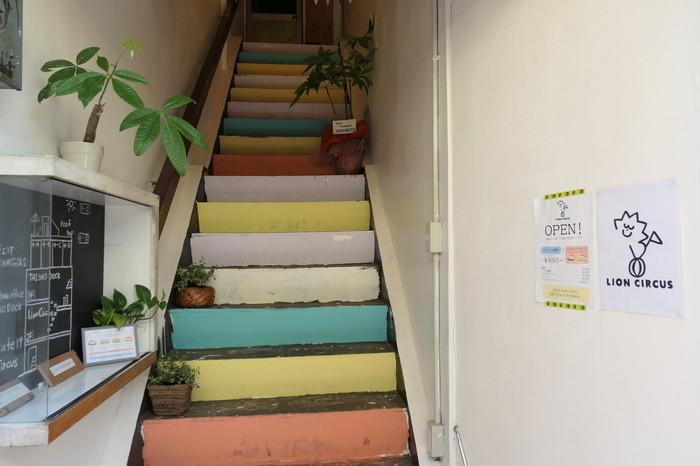 お店への入り口は、このカラフルな階段が目印!「京セラドームに来たら、探してみてなー♪」