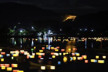 この辺りは、夏の風物詩「五山の送り火」鑑賞の有名スポット。鴨川と山並みの景色も、京都ならではの眺めです。「下鴨神社」へ足を運ぶのなら、ぜひこの駅を利用して歩いてみましょう。