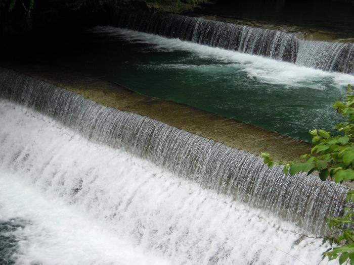 そして、「水に流す」という言葉が、今も頻繁に使われているように、「水」や「清らかな流れ」のイメージによっても、折々で心の澱を流し去り、心身をリフレッシュさせてきました。【箱根湯本を流れる「早川」】