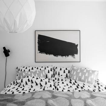心地よい睡眠を手に入れるには、寝具などのカラーやデザインも大切です。睡眠に良いといわれている色もありますが、心がふわっと和む好きな色で統一するのがおすすめ。お気に入りの色に囲まれれば、それだけでリラックスして安眠できそう♪ 寝室に入ったときのテンションもアップ。全体のバランスをとるのが難しいときには、モノトーン系でまとめても◎