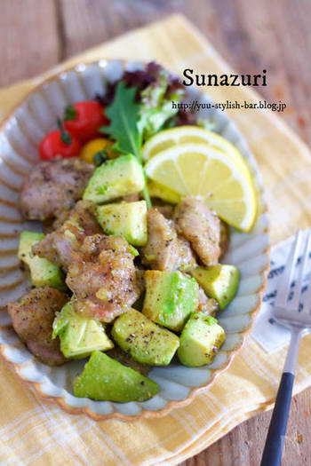 アボカドだってメイン料理に!砂ズリと一緒に手早く炒めたメニュー。挽きたての黒胡椒を、ガリガリっと加えれば、食べごたえ抜群です。