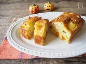 色味がきれいでかわいらしいかぼちゃとベーコンのケークサレ。かぼちゃの甘みとベーコンの塩気が絶妙な組み合わせです。