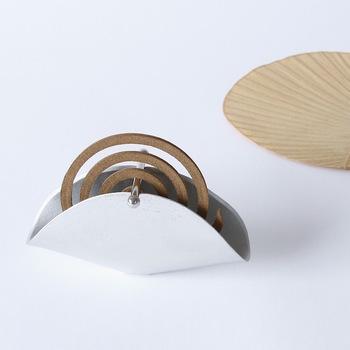 富山県高岡市の金属加工メーカー「能作(のうさく)」のスタイリッシュな本錫100%で作られた、シンプルなのに存在感バッチリの蚊遣り。使用方法も簡単で、バーに蚊取り線香を引っ掛け、本体の溝にはめ込むだけ。器から見える蚊取り線香の渦巻きと錫のシルバーの対比が美しく、デザイン性だけでなく、灰は半円型の本体にたまるので、部屋を汚さず、灰が見えにくくなっていて機能性も◎。