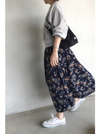 女性らしい花柄のロングスカートにシンプルなスウェット、白スニーカーを合わせた大人カジュアルなスタイル。シンプルな黒のサコッシュをサッと斜めがけして、颯爽と出かけましょう!