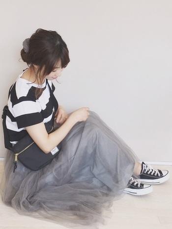優しいライトグレーのチュールスカート+太めボーダーTシャツ、黒コンバースコーデにもサコッシュが新鮮!フェミニンさとカジュアル感の程よいミックス感を演出できます。