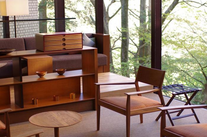 「箱根湯本」には、利用者それぞれの様々なニーズに応えられる温泉施設が豊富にあります。  伝統的な温泉旅館や観光ホテルがある一方で、日帰りに特化した温泉施設も充実しています。施設の雰囲気も、食事の内容も様々で、創業当時の風情を保った宿もあれば、新進のモダンなスタイルのホテルもあります。 【伝統工芸・寄木細工を活かした「星野リゾート 界 箱根」のモダンなラウンジ】