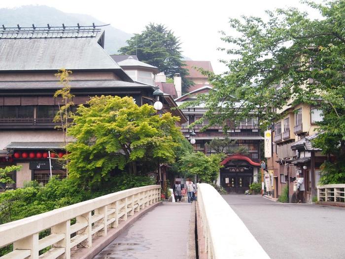 神奈川県の箱根も、都市圏から近い歴史ある温泉地の一つです。  美術館などの観光スポット、ロープウェイや海賊船といった乗り物、キャンプ場やハイキングコース、飲食店やリゾートホテルなどが数多に散在しているため、観光リゾート地として認識されやすいですが、ここ「箱根」は、れっきとした日本有数の温泉地。奈良期の僧によって*開湯され、温泉とともに発展した由緒ある地です。
