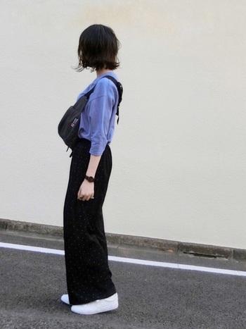 黒パンツ+白スニーカー、ブルーのカットソー+黒ウエストポーチのコーデ。シンプルで真似しやすいスタイルはまずは休日コーデから取り入れてみて。動きやすいので体力を温存できそう。
