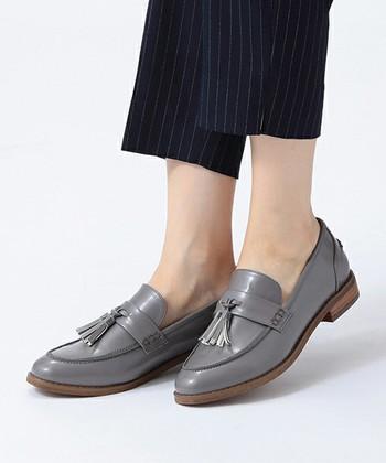 タッセル付きのローファーは、足元にアクセントが付くのでシンプルなスタイルの時にオススメです。