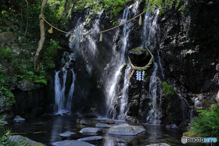 神事の禊(みそぎ)や神社の手水(てみず)、相撲の力水(ちからみず)が示すように、水には罪や穢(けがれ)を洗い清め、浄化する作用があるとして、日本では古くから、節目節目で水を用いてきました。 【幾筋もの白糸が落下する優美な姿の「玉簾の瀧(たまだれのたき)」。箱根湯本のパワースポットでも有名。】