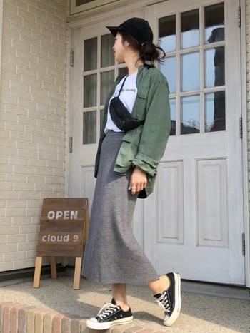ミリタリージャケット、Tシャツ、タイトスカートに黒のウエストポーチをサコッシュのように斜めがけ。アウトドアにもオススメのスタイルです。