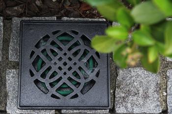 こちらのデザインは「花模様」。どの柄もおうちの中だけでなく、縁側や庭に置いても様になります。裏には足もついているので、外で涼んだり、食事をしたりするときに頼もしい味方になってくれそう。