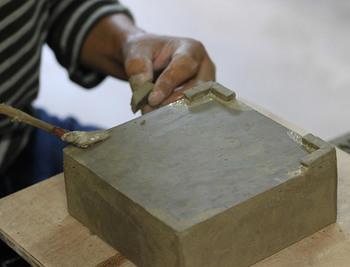 細部まで丁寧に造られている蚊遣りは、すべて手作りなので、形に個体差がある他、焼き上がりによっても、色合いや貫入(釉薬のところにできる細かいひび模様)の出方が異なり、それがまた手仕事ならではの風合いとして好まれています。