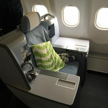 貯まったマイルで、飛行機の座席をエコノミーからビジネスに、ビジネスからファーストに……など、座席クラスをアップグレードさせることが可能に。  ビジネスクラスなら、足も伸ばせますし、おいしい機内食もいただけ、到着後の疲れも最小限にできますね。  写真はフィンランド・フィンエアーのビジネスクラス。 アメニティや食器などが全てイッタラやマリメッコなどのフィンランドブランドのもの。 乗るだけで北欧空間が存分に楽しめますよ。