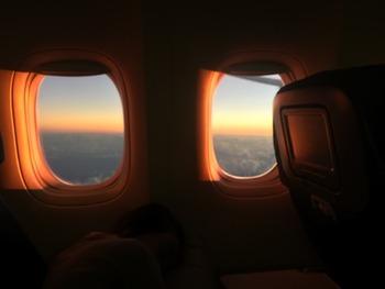 マイルを貯める上で最大のメリットは「貯まったマイルが航空券に交換できる」点!  貯まったマイルを航空券に引き換えられたら、旅費の半分以上は節約できますね。  航空券は片道航空券もしくは往復航空券が対象。  筆者も貯まったマイルを国際便の往復航空券に交換したことがあり、浮いた航空券代を現地でのお土産代やショッピング代にまわせてとても助かりました♪