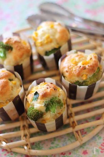 マフィンカップで焼くケークサレは、パーティーやおよばれのお土産にぴったり。一口サイズで可愛らしくいただけます。