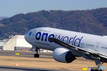 航空連合には、 ・ワンワールド ・スターアライアンス ・スカイチーム の3大連合が存在。  たとえば、JALは「ワンワールド」という航空連合に所属しており、キャセイパシフィック航空(香港)、フィンエアー(フィンランド)、ブリティッシュエアウェイズ(英国)などが加入しています。  加入会社数は少なめですが、航路がとても多いのが特徴です。
