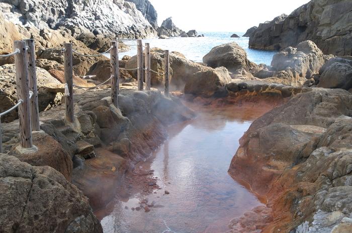 ちなみに、式根島には他にも水着着用で入る混浴温泉があります。そのひとつが岩場に囲まれている珍しい温泉の「地鉈温泉」です。この温泉は、海水が混ざることでちょうどいい湯加減になっている場所があります。そこを探して入浴しましょう。