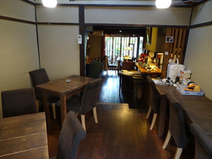 店内はブラウンが基調になっていて落ち着いた雰囲気。2階には、予約をした上で平日のみ利用できる個室もあります。