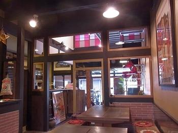 天井は高めで開放的。和と洋、そしてインドのテイストがさりげなくミックスされた空間です。