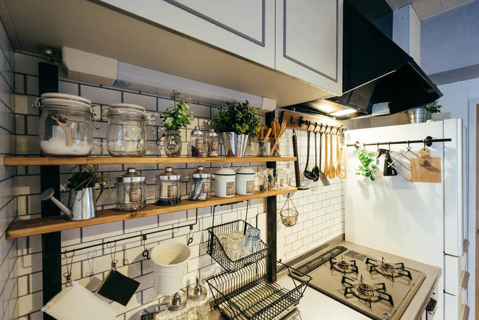 キッチンは特に、ワンルームだと常に目に入る場所にあることもあり、できれば生活感を抑えておしゃれに装い、なおかつ使いやすくしたいものです。  こちらはもともと付いてた水切り棚を外して、上下につっぱるタイプのアジャスターを使い、木の板を渡してオープン収納を作ったもの。小物のテイストを合わせて見せる収納にすれば、こんなに素敵になります。