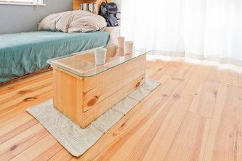 廃材などを使って、コストもかけず、簡単にお気に入りの家具を作れるアイデアをご紹介します。とても便利なのが、りんごの木箱。にガラス板を乗せるだけで、ナチュラルテイストでおしゃれなテーブルに早変わり!