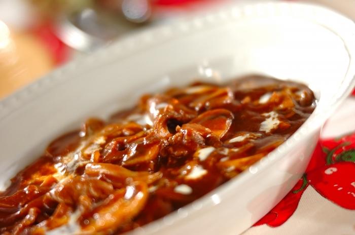 牛肉、玉ねぎ、マッシュルームなどの材料でできる簡単美味しいハッシュドビーフ。翌日は、この材料で和風メニューの牛丼を作ってみましょう!