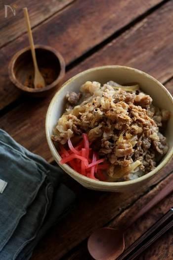 玉ねぎと牛肉といえばそう、「牛丼」です!たっぷりの煮汁でささっと作る「つゆだく牛丼」はランチタイムにもぴったり。