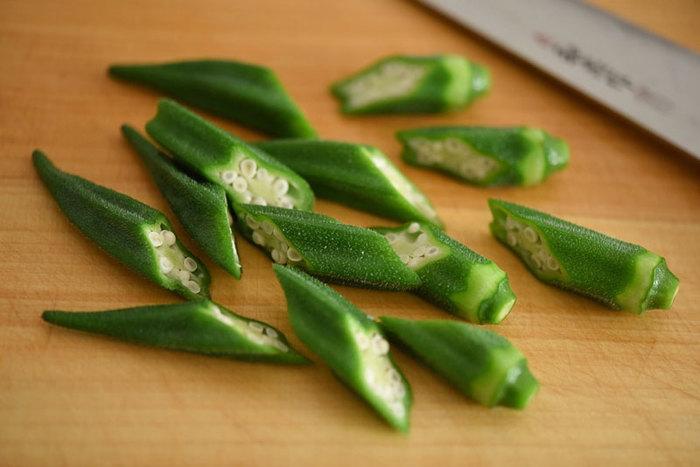 オクラはカットして茹でると中が水っぽくなってしまうので、茹で終わってから料理に合わせてカットする方が美味しく仕上がります。断面がキュートなお野菜なので、カットの仕方を工夫することでいろいろな見せ方をすることができます。