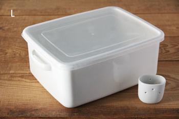 野田琺瑯さんの「ぬか漬け美人」なら、ぬか床に差し込んでおくだけで余分な水分を集めてくれる水鳥容器が付いていてとっても便利。