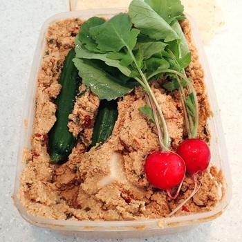捨て漬けが終わったら、いよいよ「本漬け」です。お野菜に薄く塩をまぶしてから、ぬかに漬け込んでいきます。漬かり具合は、気温や塩加減に左右されるので、最初はきゅうりなどの手に入りやすいお野菜を数回続けてみて、どれくらいの時間漬けると好みの具合になるか確認してみてくださいね。