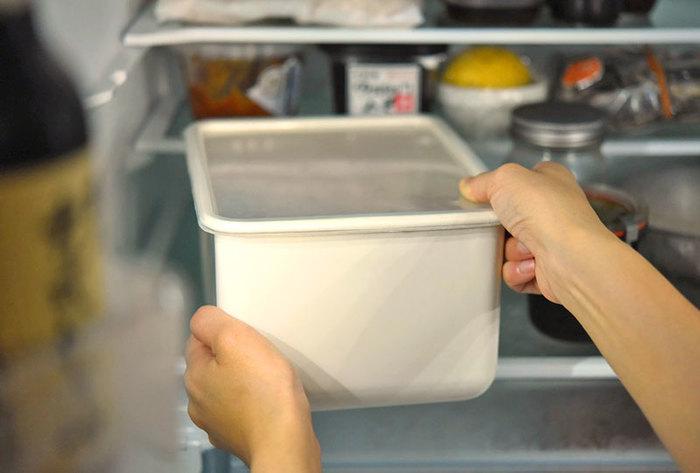 いよいよ、ぬか漬けができあがったら、野菜を取り出したあとは全体をまんべんなく混ぜるようにしましょう。 漬けているときも漬けていないときも、空気が入らないように表面を平に。ぬか床にとっての適温は20~25度。30℃以上になると異常発酵してしまうので、気温・室温が高い時には冷蔵庫に保管するのがおすすめです。  毎日、お手入れが必要とお考えの方もいるかもしれませんが、忙しかったり旅行の時など、ぬか床を混ぜられない場合は、冷蔵庫で保存すれば大丈夫。
