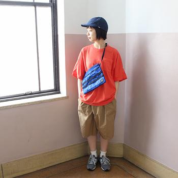 サコッシュはバッグ自体が軽いので、ちょっとした荷物だけで出掛けたい時にぴったりなアイテム。どうしても荷物が多くなってしまうという人も、サコッシュに合わせた手荷物を考えて、もっと身軽なお出かけを楽しんでみてくださいね♪