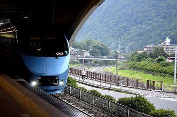 """小田急ロマンスカーを利用した場合、新宿駅から約1時間30分で箱根湯本に乗り換えることなく到着できます。  たとえ、特急料金が発生しない快速急行を利用した場合でも、小田原乗り換えで2時間程度ですので、都市圏から""""日帰り""""でも、十分に温泉を満喫することが出来ます。 【東京メトロ線から箱根湯本へ通じる特急ロマンスカーも運行。画像は、箱根湯本駅に停車中の北千住行「メトロはこね号」。】"""