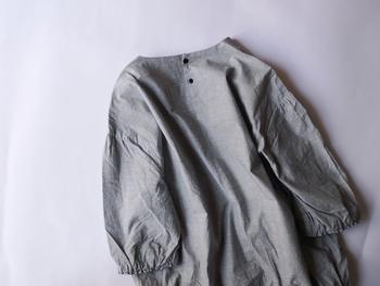 裾と袖にあしらわれたギャザーが程よいレディ感を演出してくれる軽やかなブラウス。うしろのボタンも可愛らしいですね。