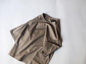 ベーシックな半袖Tシャツ。柔らかめの素材でつくられたこちらは、肩を落としたリラックスムード溢れるデザインが素敵です。シンプルにパンツにinしたコーディネートも様になりそうですね。