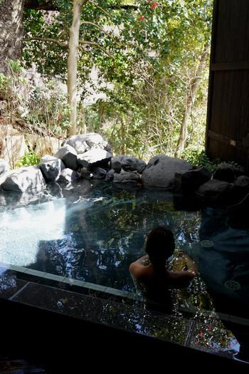 """箱根湯本は、都市部に暮らし、変容し続ける私たちを優しく抱きとめ、リフレッシュさせる地です。  豊かな自然の中に、様々なスタイルの温泉が用意されています。温泉に浸かり、界隈を散策するだけで、心身がリセットされます。  """"温泉""""に心惹かれたら、ぜひ「箱根湯本」を訪れてみましょう。あなたが好む""""湯""""と、きっと出会えるはずです。 【「箱根湯寮」離れ湯屋・花伝】"""