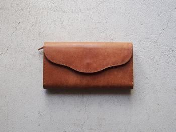 TANDEYには実は財布もあるんです。すっと手に馴染む上質なお財布は、自分へのご褒美にも良いですね。こちらもカラーを選んでオーダーができますよ。
