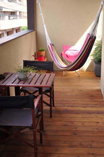 ベランダの床がコンクリートむき出しだと、日光で温められて熱くなります。ウッドパネルを敷くことで、床が熱くなりすぎず快適に過ごせますよ。ホームセンターなどで購入ができます。