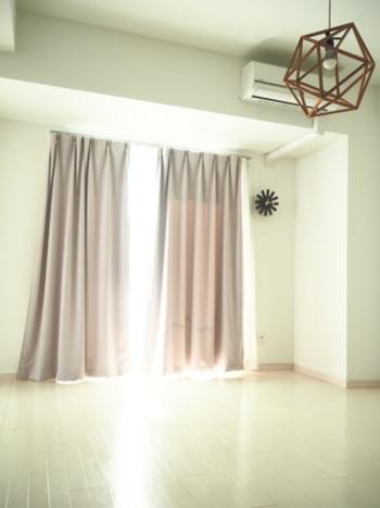 遮光カーテンにして、窓からの熱をシャットアウト。外出中はカーテンを閉め切っておくと、帰宅した時に部屋の中がモワッとするのを軽減できます。
