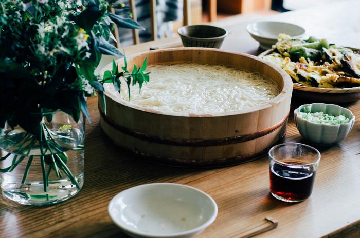 胡桃の殻を燃やした灰を混ぜて作る「くるみガラス」で作られた蕎麦猪口。お水や冷たいお茶、ワインを注ぐのにもちょうどいい大きさです。ささやかなお花を挿して飾るのも。一つの道具を色々な用途に使いまわすのにぴったりなシンプルさです。