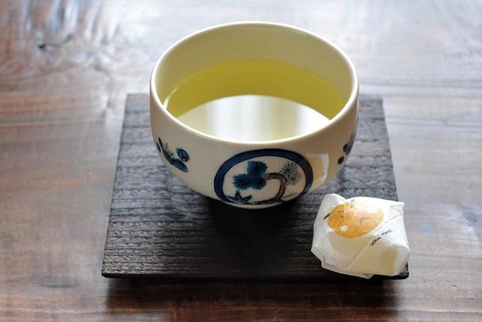 こちらは「コースター」という名前になっていますが、茶碗の底をのせるくぼみが作ってあり、形としては茶托そのものです。お茶請けやデザートカップにスプーンを添えるのに丁度良い、使い勝手のいい大きさです。